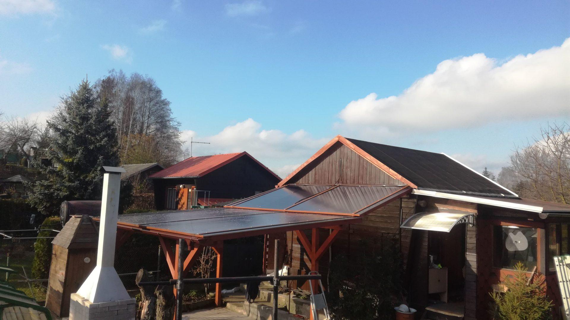 Dřevěná pergola s využitím druhé střechy, jako zastřešení vstupu do sklepa. Místek